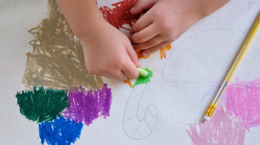 絵を描く子どもの手元
