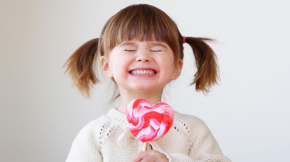 キャンディに喜ぶ女の子