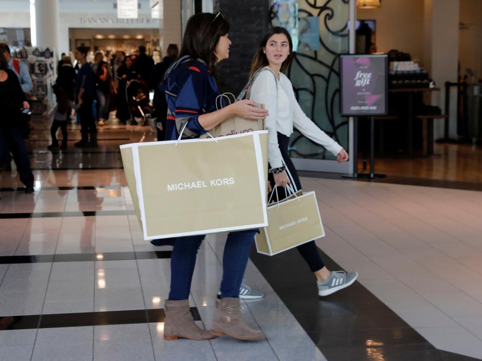 買い物する女性達
