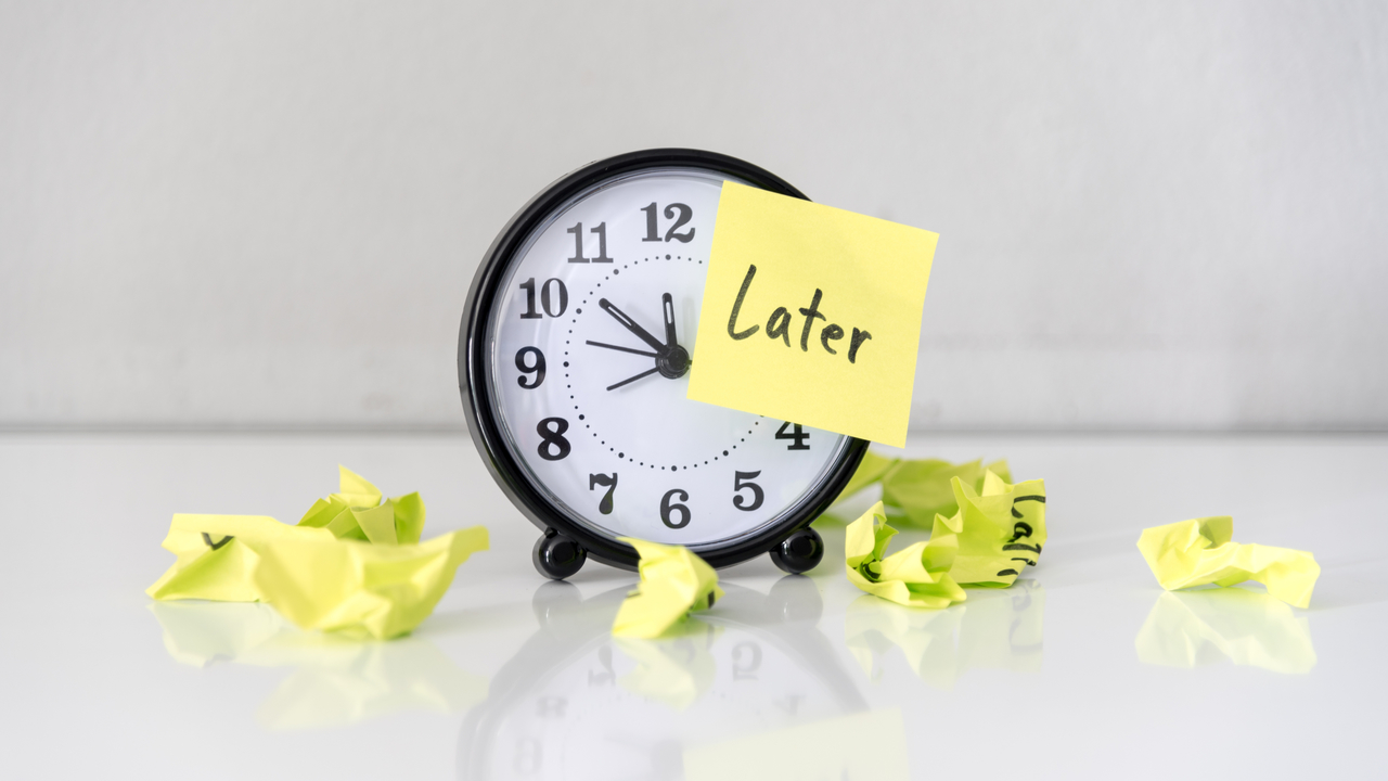 「Later」のメモが貼られた時計