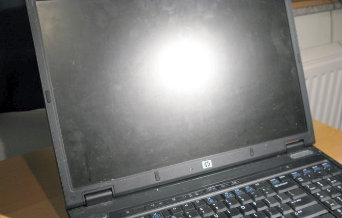 手垢などで画面の汚れたノートPC