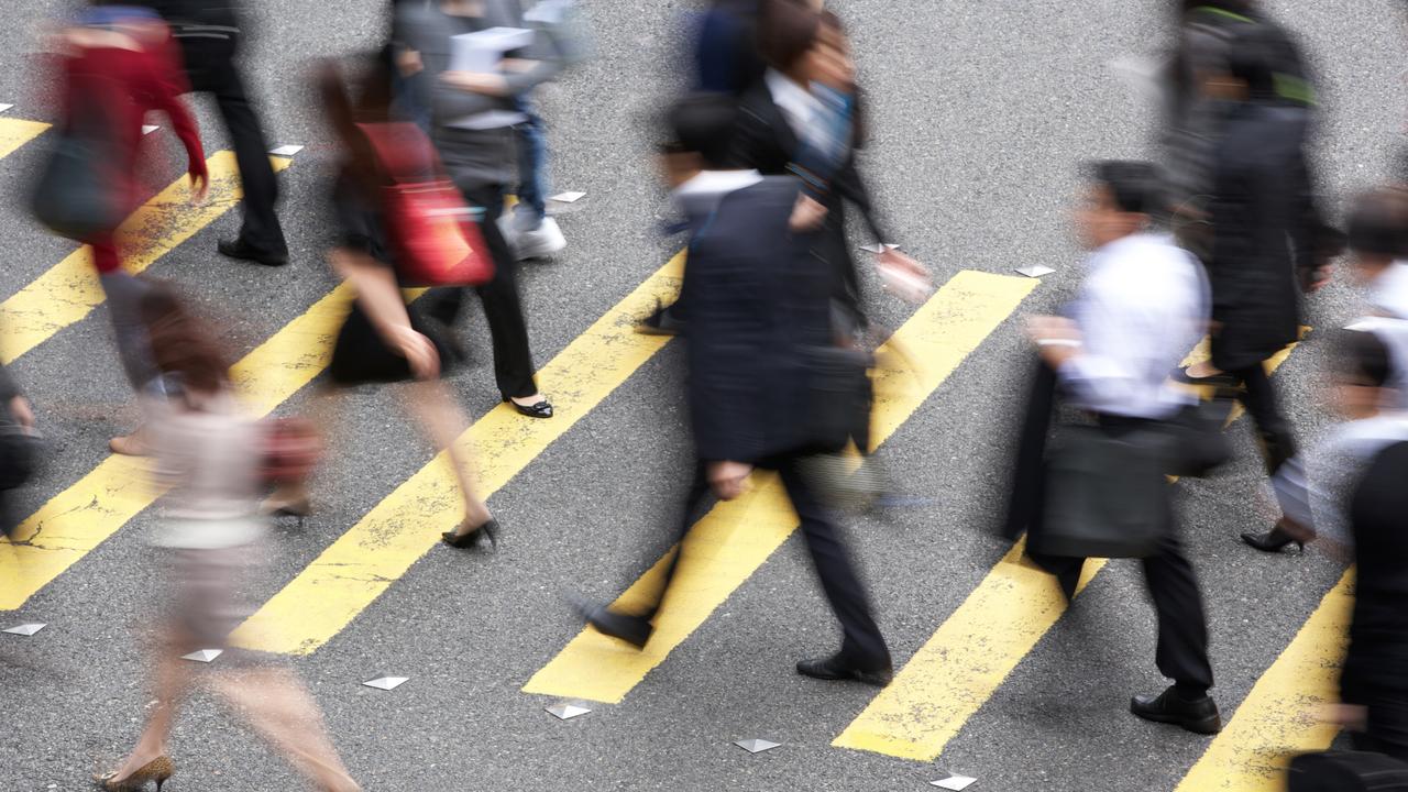 横断歩道を渡る人たち