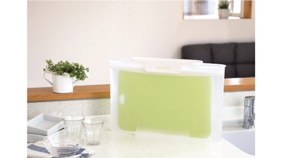 Photo of A slim container that can be put on a bleaching solution by setting up a cutting board. Saves space and drains easily