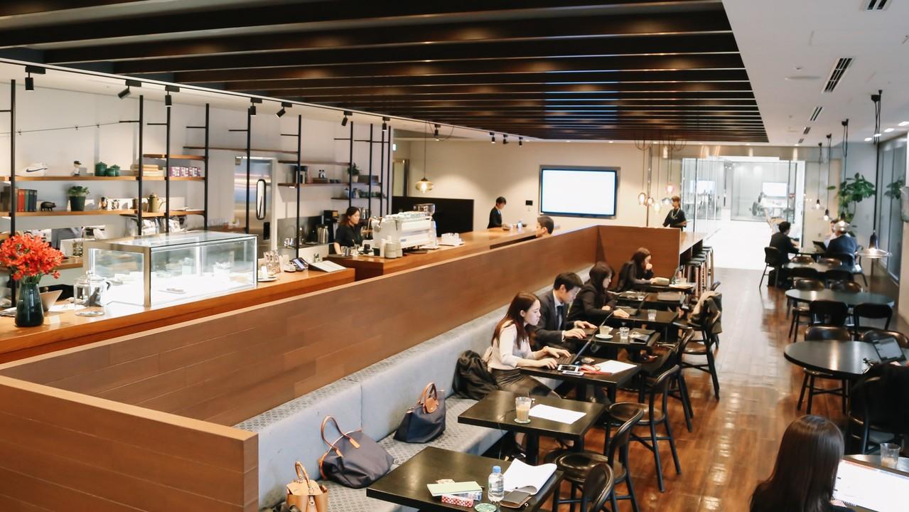 カフェスペースで働く社員たち
