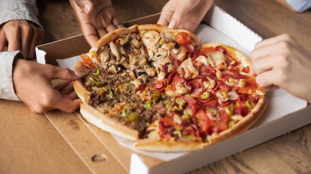 ピザを取り分ける