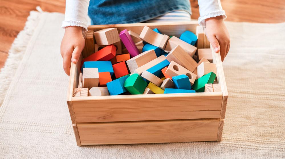 積み木を片付ける子供
