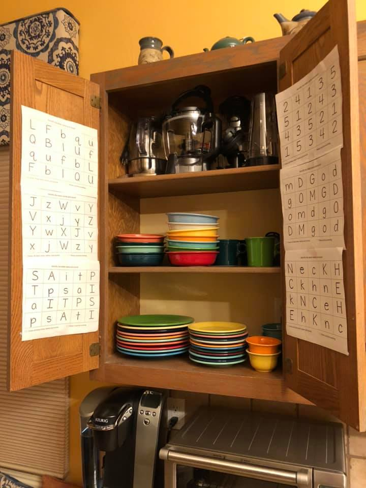 キッチンの戸棚の扉の内側に貼り紙