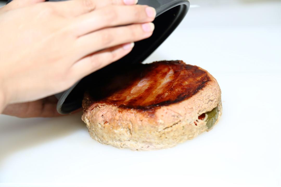 炊飯器からミートローフを取り出すところ