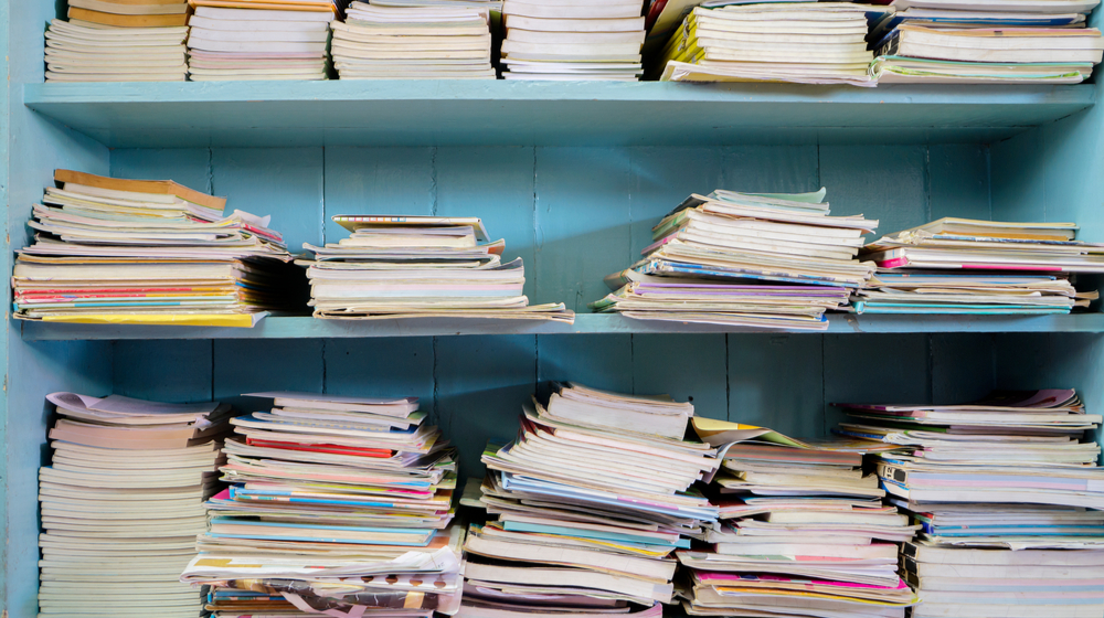 たくさん積まれた本棚