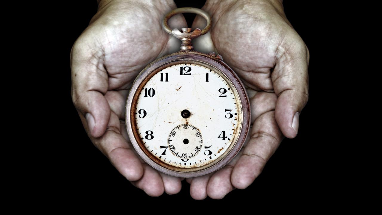 時計を両手で抱えるところ