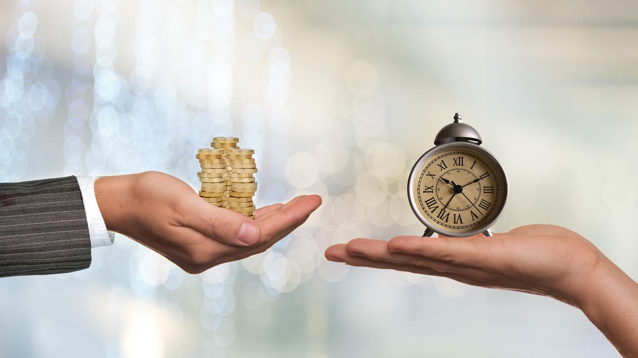 お金と時計をそれぞれ持つ人