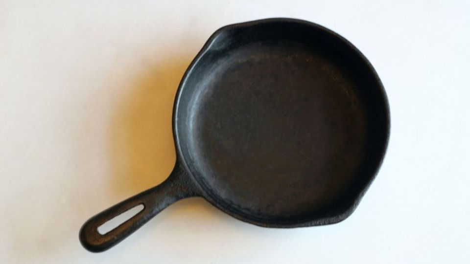 Photo of Stubborn dirt on an iron skillet can be scraped off with round aluminum foil!