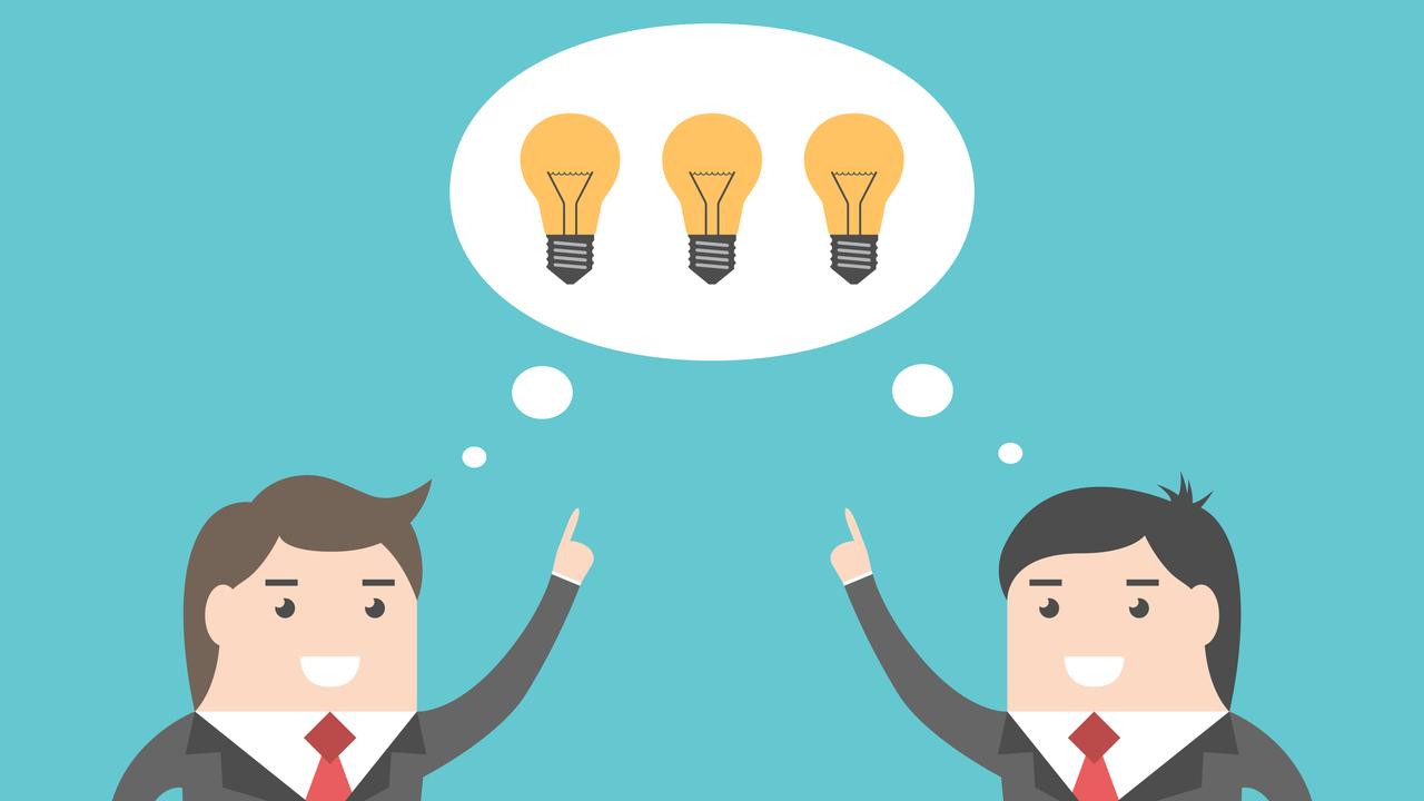 共通のアイデアを考える2人のビジネスマン
