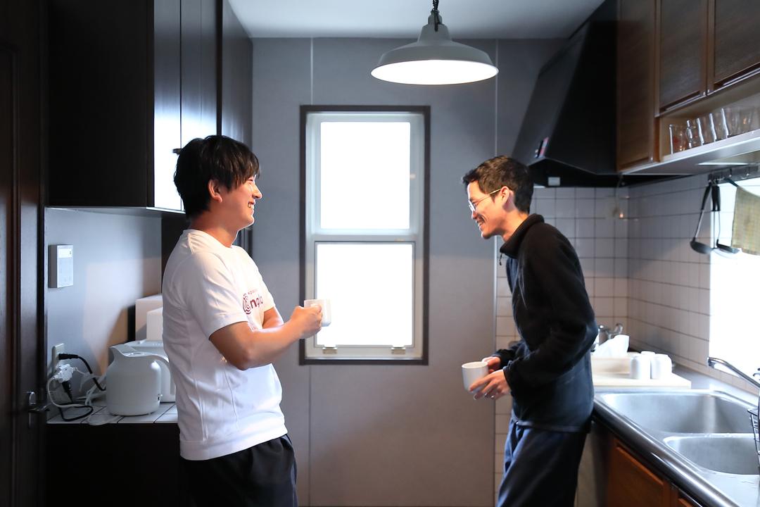 ADDressの家守と会話を楽しむ松谷さん