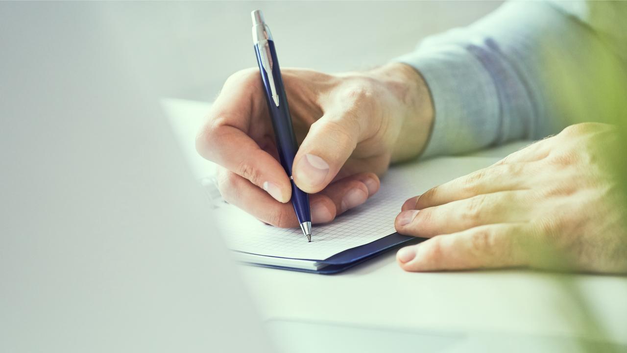 書類を書く手元