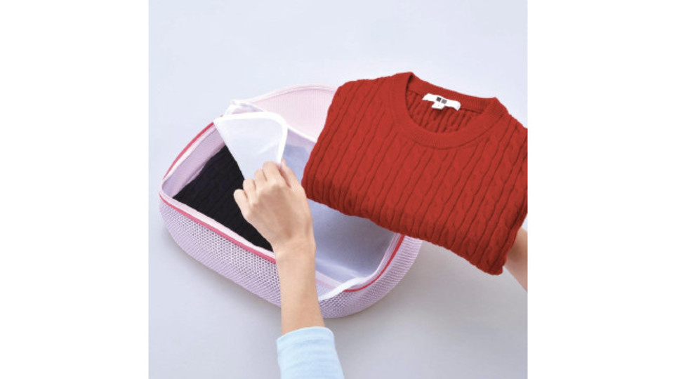 Photo of Laundry net that protects delicate clothing with three mechanisms: three-dimensional structure, cushion mesh, and partition