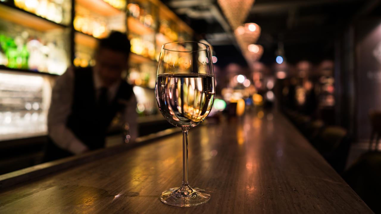 バーカウンターの上のワイングラス