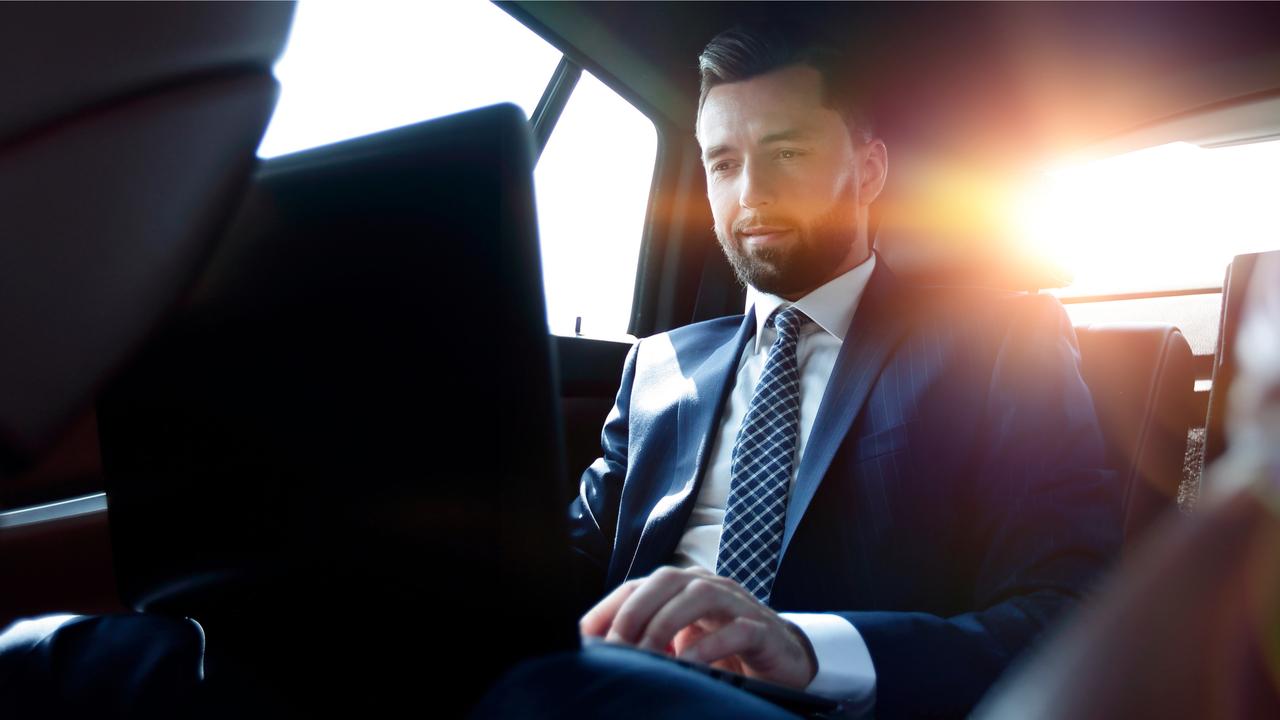 車の中でパソコンで作業する男性