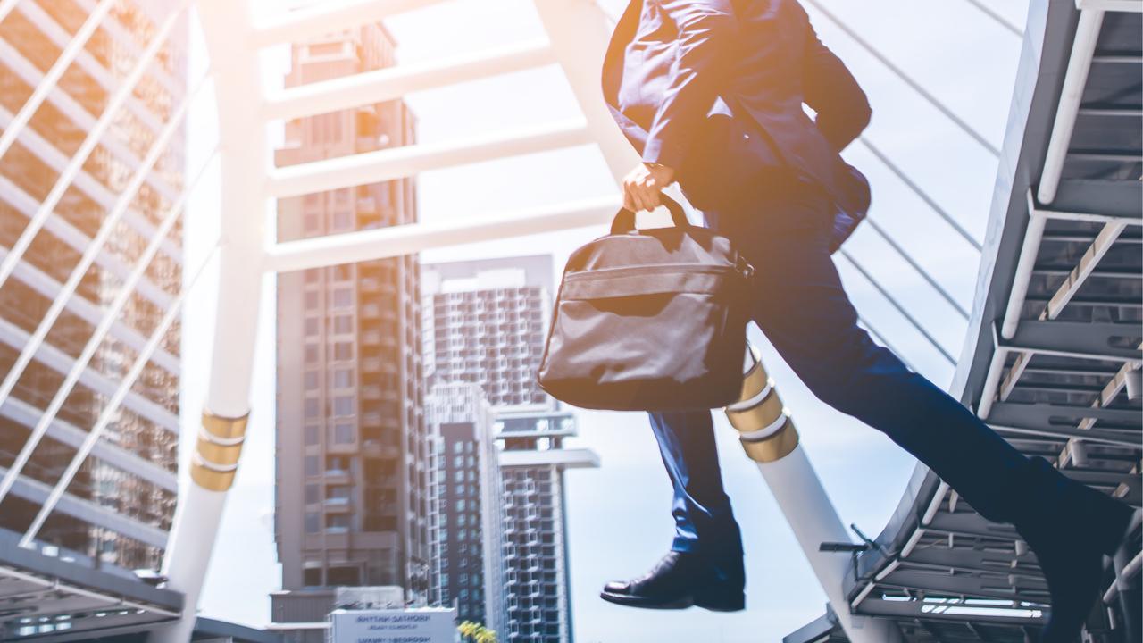 街中を走るビジネスマン