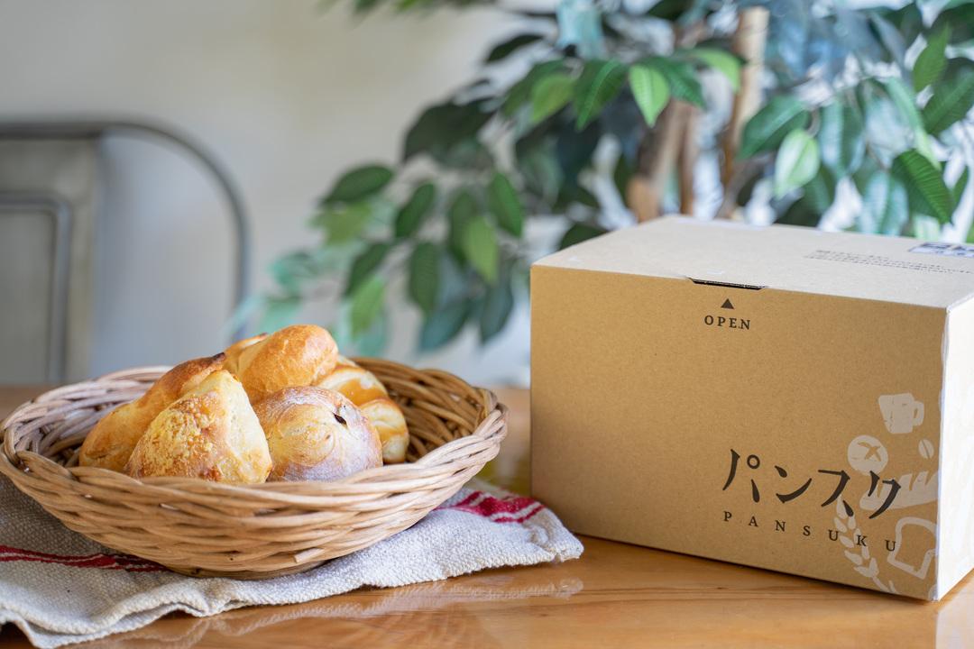 テーブルの上に置かれたパンとパンスクの箱