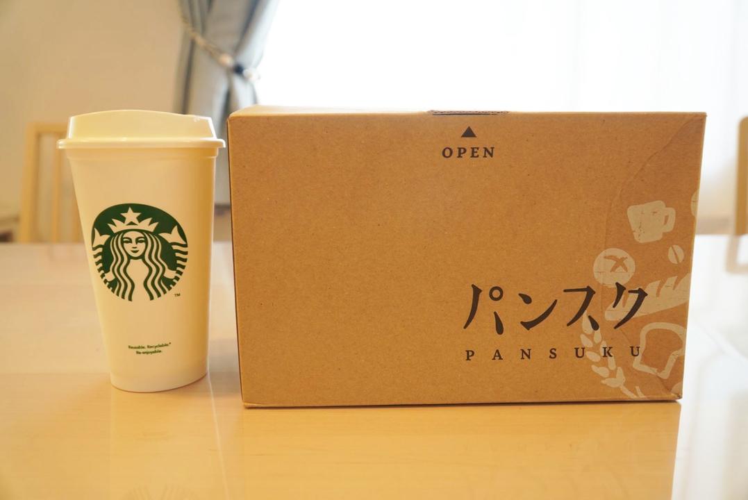 届いたパンスクの箱とスタパのカップの比較