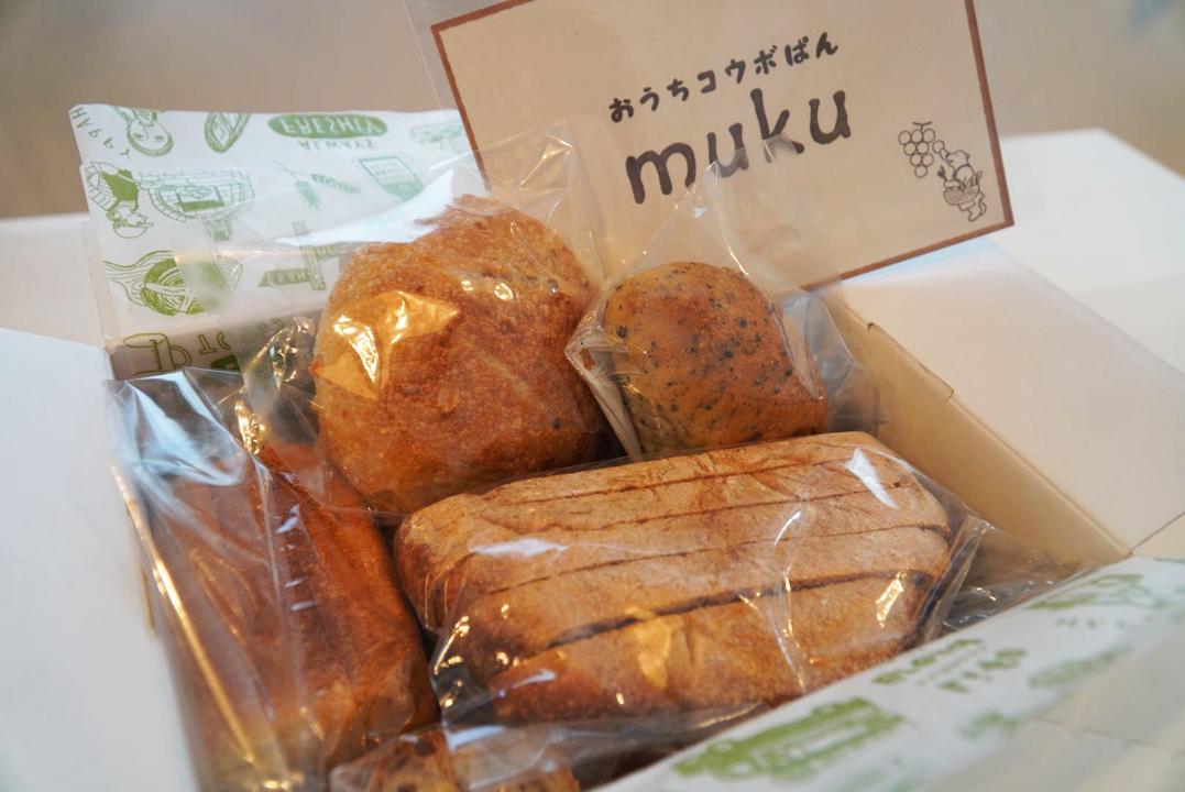 箱に詰められたパン