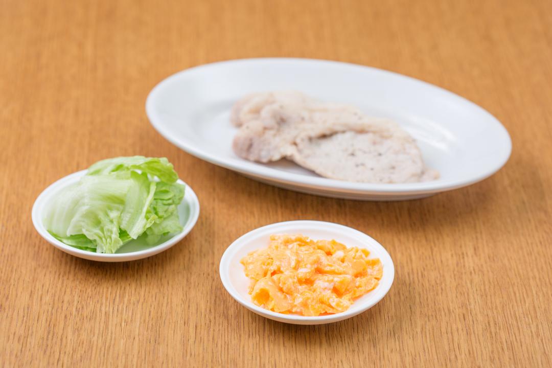 レタスとスクランブルエッグと焼いた豚肉