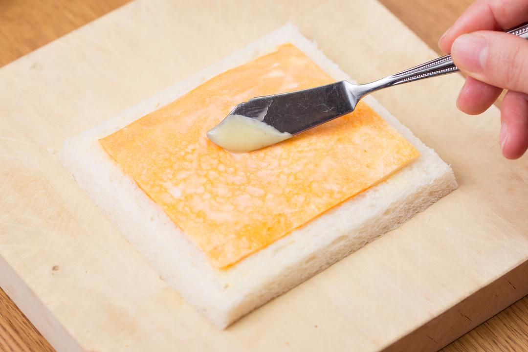 卵とマヨネーズを塗る
