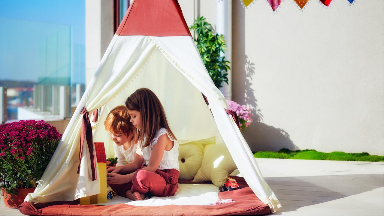 テントで遊ぶ子ども