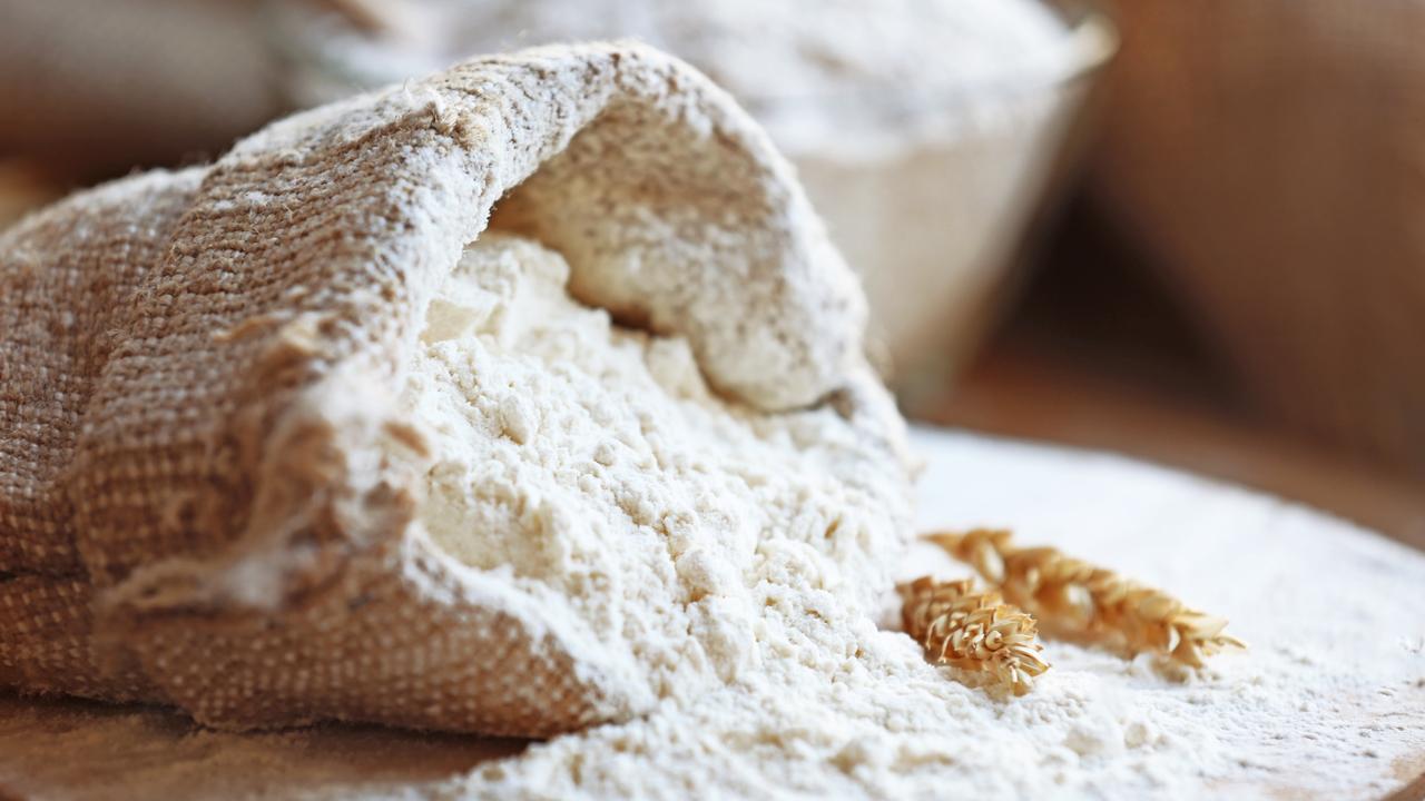 袋からこぼれ出た小麦粉