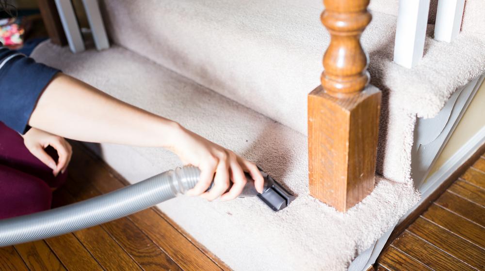 階段を掃除する