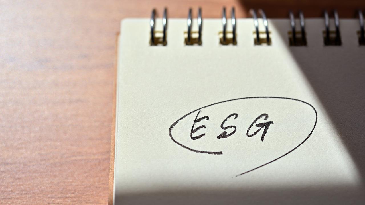 ESGと書かれたメモ帳