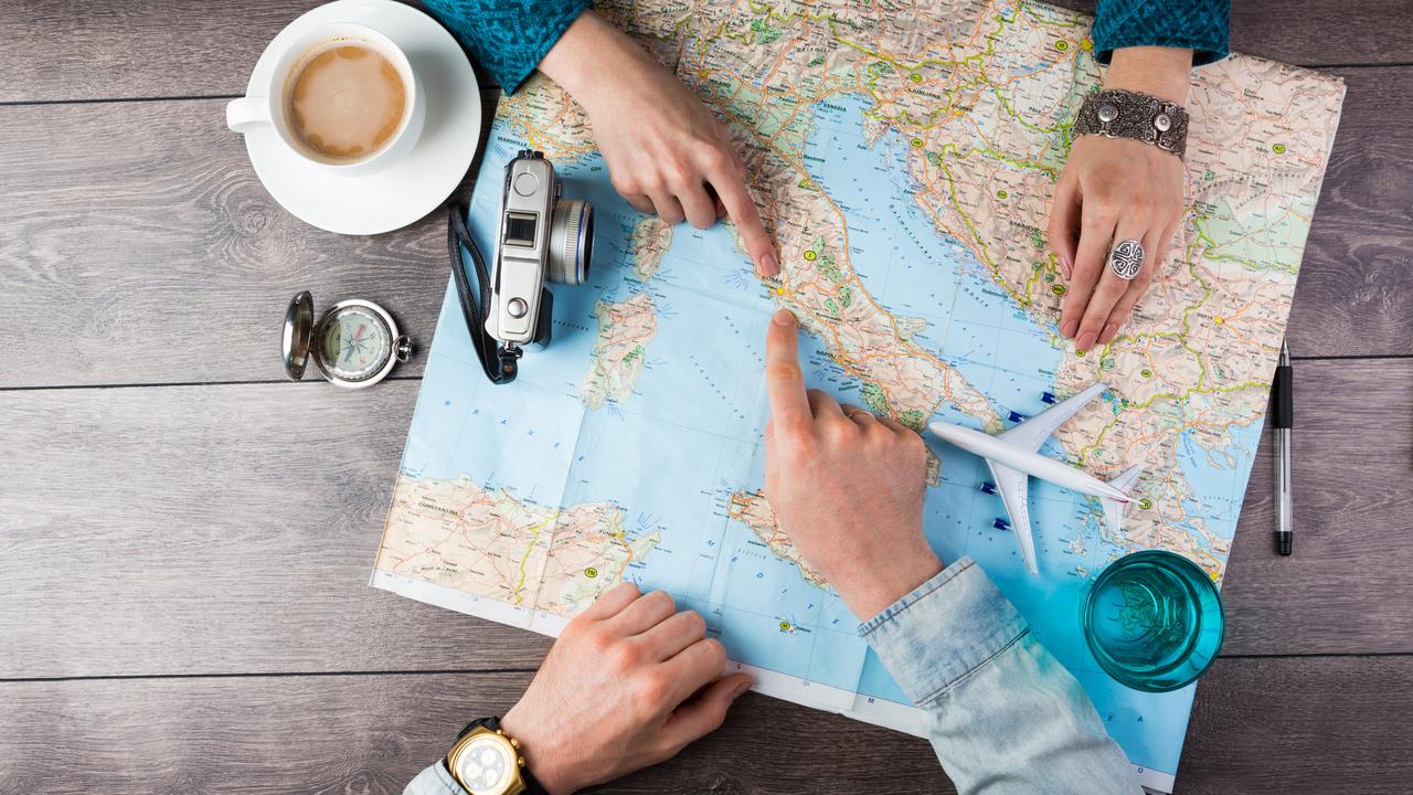 世界地図を見る男女