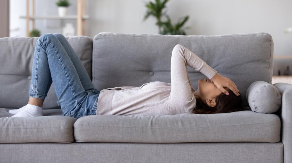 ソファに横たわる女性