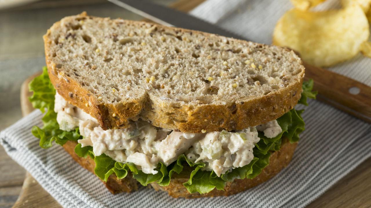チキンサラダのサンドイッチ