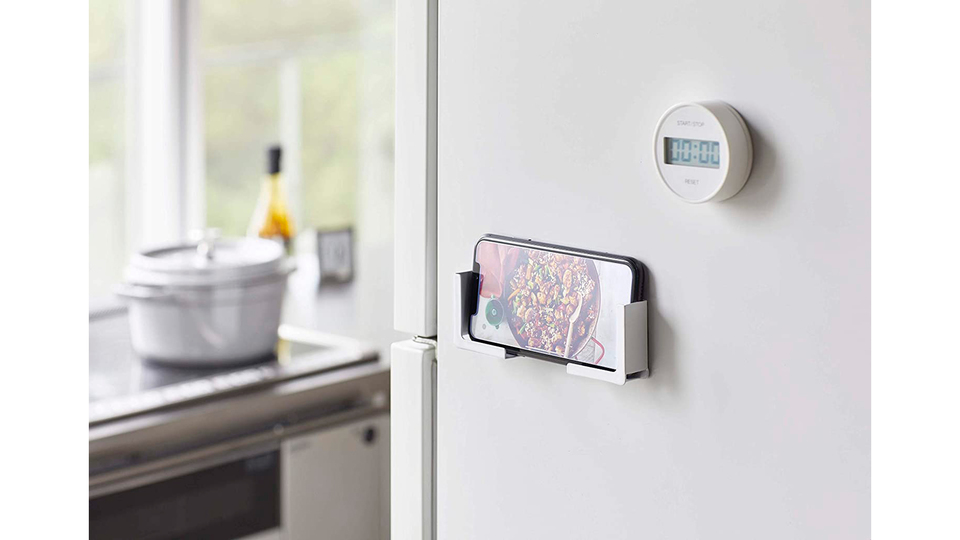 Photo of With a magnet type smartphone holder, you can enjoy videos in the bath and attach it to the refrigerator to easily see recipes