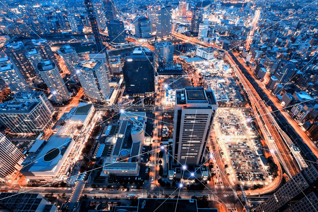 そびえたつ高層ビルと高速道路が走る都会