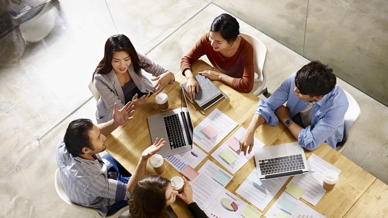 会議を行なう従業員の俯瞰図
