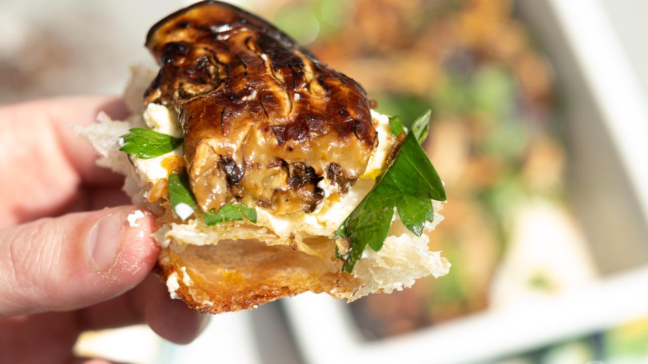 パンの上にチーズとハーブ、焼きナスを添えて