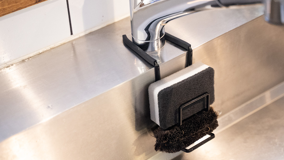 Photo of Sponge holder of Yamazaki Jitsugyo solves problems around the sink