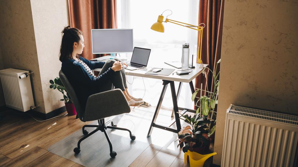 自宅で作業する女性