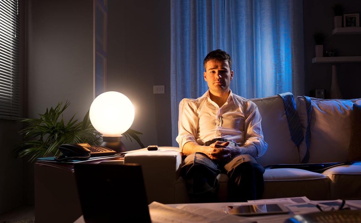 在宅勤務で孤独を感じる男性