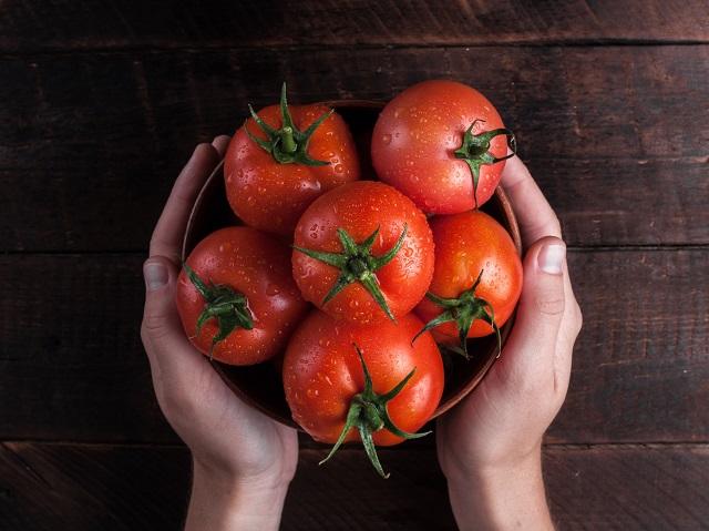 かごに入ったトマト