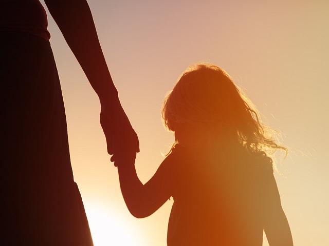 親と手をつなぐ少女