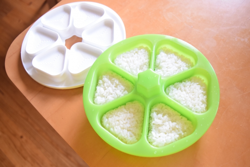 Photo of A tool that can make beautiful triangle rice balls in a short time gives me plenty of room in the morning.