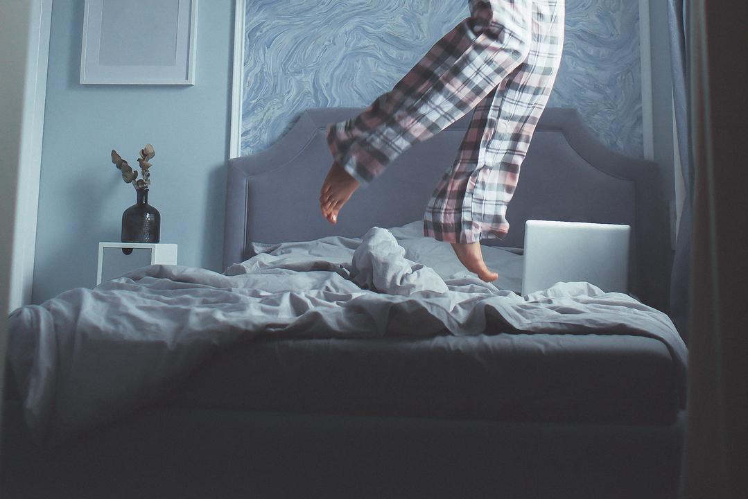 ベッドの上で跳ねる人