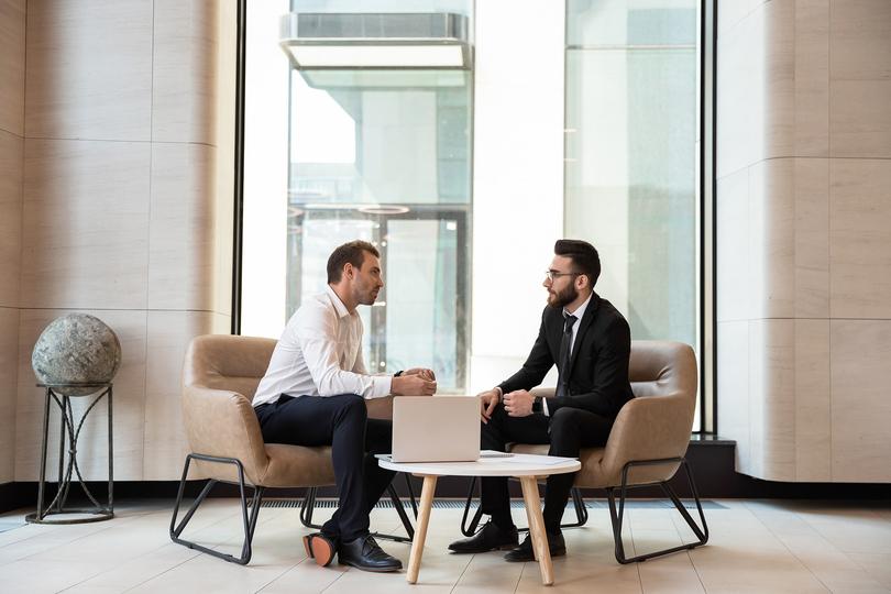 商談する男性