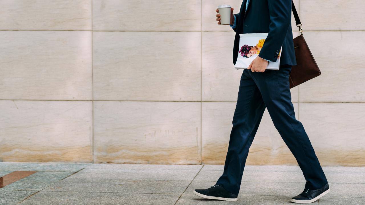 コーヒー片手に歩くビジネスマン