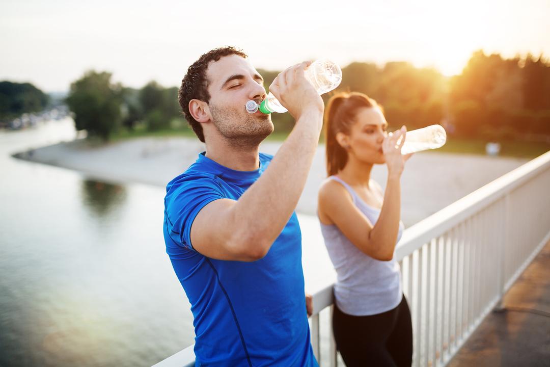 水を飲むカップル