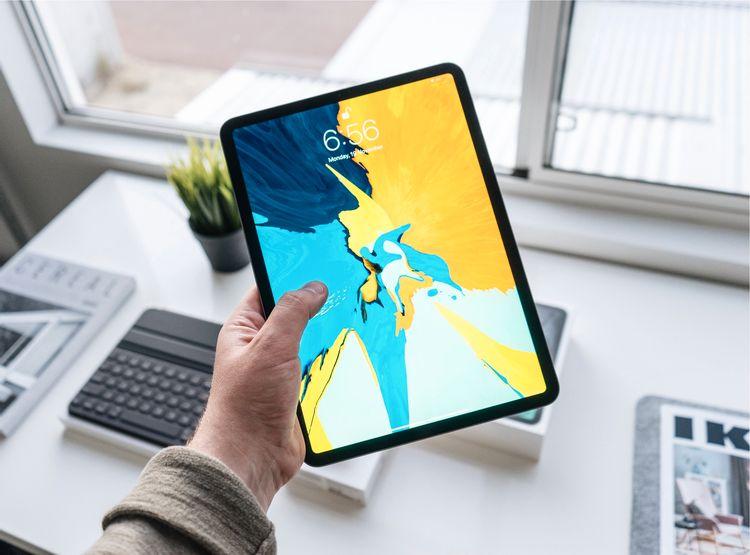 iPadを手に持っている人